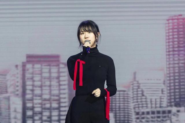 谢春花亮相华语金曲盛典 获最佳国语女新人奖项感恩歌迷