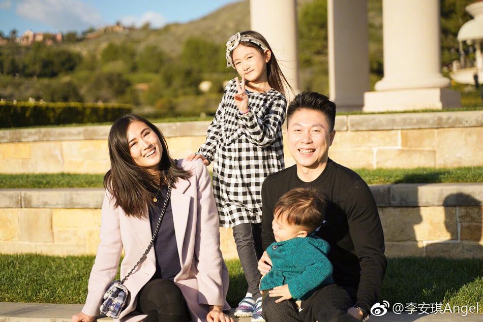 李小鹏妻子分享一家人日常 奥莉抱着弟弟合影大方温柔