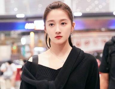 关晓彤22岁第一天现身机场 一身黑酷girl启程米兰时装周