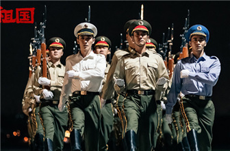 《我和我的祖国》首映 朱一龙军装出镜十分帅气