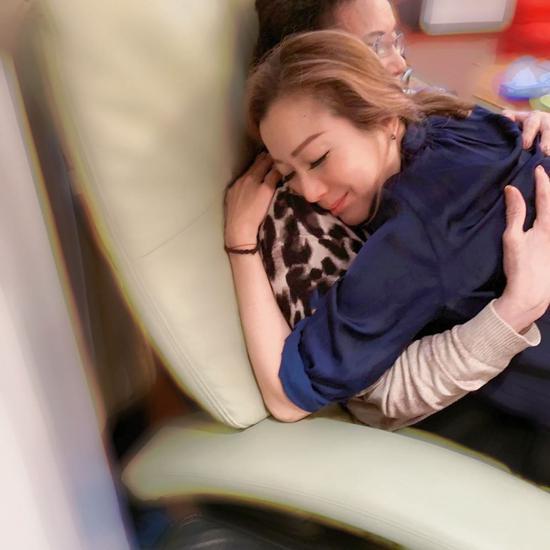 郑秀文紧紧拥抱母亲