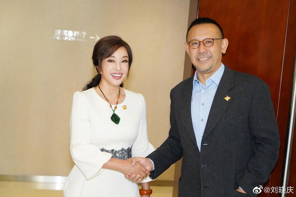 25年后刘晓庆与姜文再同框合影